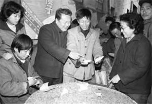 Nian Guangjiu (centre) selling sunflower seeds (shazi guazi) in early 1980s